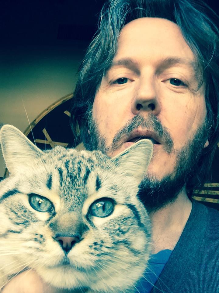 Aldo Dalla Vecchia con il gatto Achille